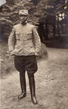 Fotografie. Ofițer din armata română, în timpul prizonieratului din lagărul de la Danholm-Stralsund, pe malul Mării Baltice, în timpul Primului război mondial.