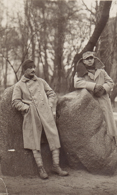 Fotografie. Ofițeri din armata română, în timpul prizonieratului din lagărul de la Danholm-Stralsund, pe malul Mării Baltice, în timpul Primului război mondial.