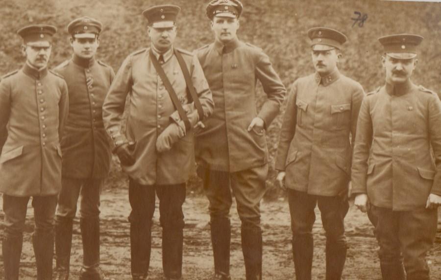 Fotografie. Ofițeri din armata germană, în lagărul de la Danholm-Stralsund, pe malul Mării Baltice, în timpul Primului război mondial.