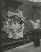 Pușcani africani (''turci''), debarcați în Franța; popas într-o gară.